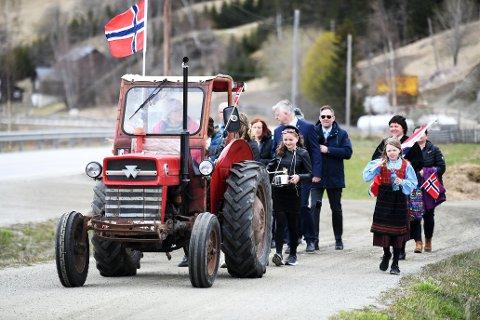 Berit Jeanne Brun ledet an det som må være tidenes korteste 17.mai tog i Vågå.