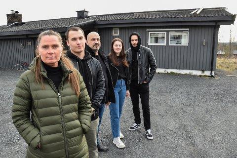 HUSET STÅR, MEN HJEMMET ER ØDELAGT AV BRANN: Toini (46) var på tur, mens Noah (16), Mamed (49), Emma Cehajic (18) og Kian Nejad Ekeberg (18) var hjemme da brannen startet. Huset deres er ubeboelig.