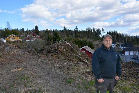 Ryddet: I området ovenfor sitt eget hus (nede til høyre) og Fv 213 har Kjetil Varhaug ryddet åtte mål med utmark han vil bruke til utegris.