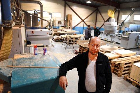 Schjelle Snekkerverksted på Sel har fått solid tilskudd fra Innovasjon Norge. Nå skal fornye maskinparken og i gang med en spennende levering til Frankrike. Her er daglig leder, Pål Schjelle i verkstedet.