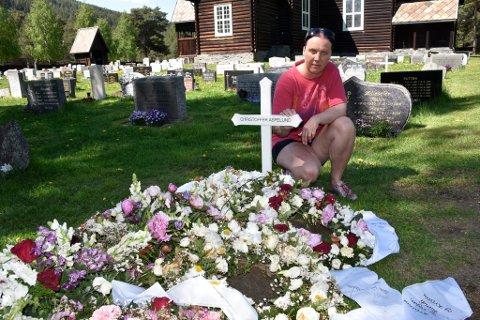 Elisabeth Aspelund Jensen ved gravstedet til sønnen Christoffer ved Heidal kirke.