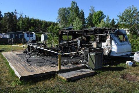 DRAMATISK: Denne vogna med fortelt brant ned på Sveatstranda natt til søndag.