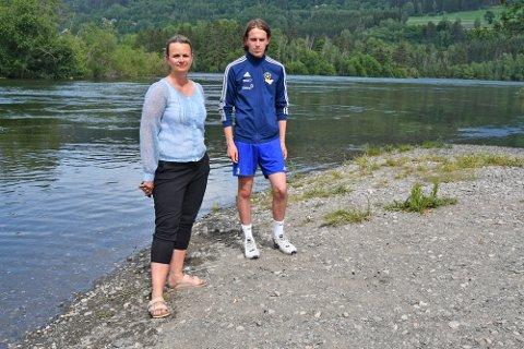 Kjersti Tangen (36) og Daniel Mæhlum (16) reagerte raskt og kastet seg ut i elva for å hjelpe barnet som ble tatt av strømmen i Gausa. De ble dratt med strømmen nedover mot Lågen i bakgrunnen på bildet.