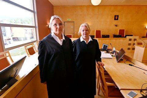 Straffesaken mot en 79-åring tiltalt for overgrep mot egne døtre i Nord-Gudbrandsdal, startet i tingretten tirsdag.