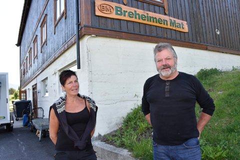 Liv-Marit Vesteng og Leif Skiaker i Breheimen Mat har hatt et tøft år med betydelig omsetningssvikt. Men nå lysner det.
