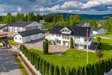Denne eiendommen på Biri ligger ute til en prisantydning på 13,8 millioner kroner.