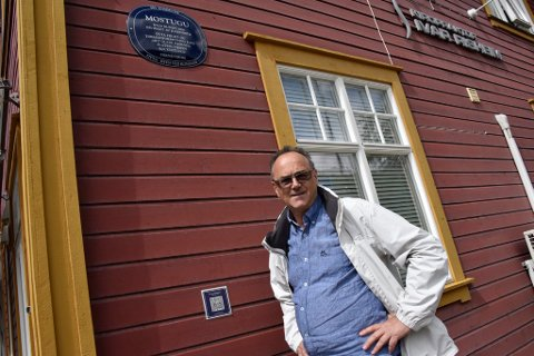 Kjell Arne Bakke ved en av de mange bygninger på Otta han og faren Per Erling Bakke har sikret historien til.