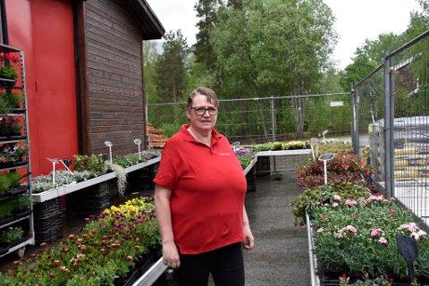 Jorunn Granli ble vitne til at en mann slo løs på en kvinne flere ganger like utenfor hagesenteret og butikken hun og mannen driver på Sjoa.