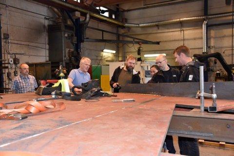 Her er de to kunstnerne, Jan Christensen og Marius Dahl, på besøk hos Lonbakken  Mekaniske verksted for å se på deler av produksjonen til kunstverket på Loftgårdsbrua.