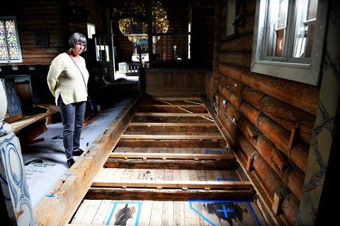 Her tømte brannstifteren nærmere 10 liter lampeolje inn i kirkerommet - gjennom vinduet. Det førte til store skader på inventaret i Sel kirke. Kirkeverge Jorunn Dagsloth Elvestad sier kirken åpner igjen 1. september.