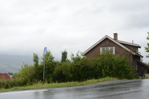 SKAL RIVES: Selskapet Ersgaard Bolig har fått tillatelse til å rive de eksisterende bygningene ved Hammersengvegen 19. Planen er å oppføre tre firemannsboliger på tomta.