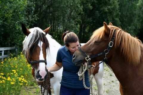 Therese Heramb med to av sine seks hester: Pina og Fina.