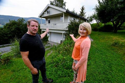 Eva og Tor Sørheim fikk ikke godkjent leiligheten i de bygde over garasjen hjemme i Rudsbygd, som bolig, og har ikke fått svar etter at de ba om ny vurdering.