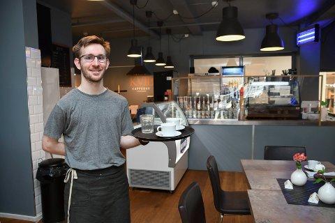 Utvider: Martin Kolloen har drevet Kvil Kaffebar i Moelv siden juli i fjor. Nå planlegger han pubdrift samme sted.