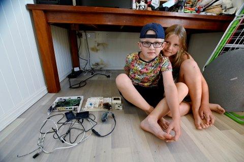 Jacob (6) og Jessica (7) ble redde da lynet slo ned hjemme like etter at de hadde lagt seg. Her med modemet til dataforbindelsen, som ble helt ødelagt.
