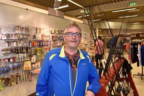 Daglig leder ved MX-sport i Vågå, Svein Blankenborg,er gledelig overrasket over økende salg av fiskeutstyr. Han forteller at hyllene i bakgrunnen har blitt fylt opp igjen flere ganger i sommer.