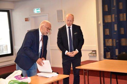 Aktor Lars Rune Ringvik i samtale med rettens adminitrator, tingrettsdommer Åge Gustad.