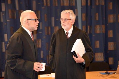 Tiltaltes forsvarer, advokat Ove Herman Frang, i samtale med aktor, Lars Rune Ringvik, før retten ble satt.