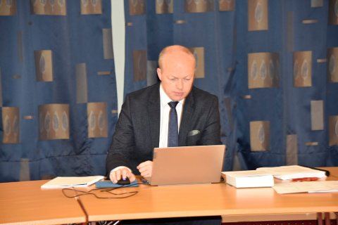 Retten administreres av tingrettsdommer Åge Gustad.