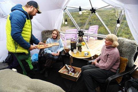 Lena Danielsen og datteren Ingerid fra Fredrikstad har booket en natt i glampingteltet på Høvringen, som mange andre i sommer. Selv om prisen er stiv, er det verdt det, mener de. Pål Erik Skaugen (t.v.)