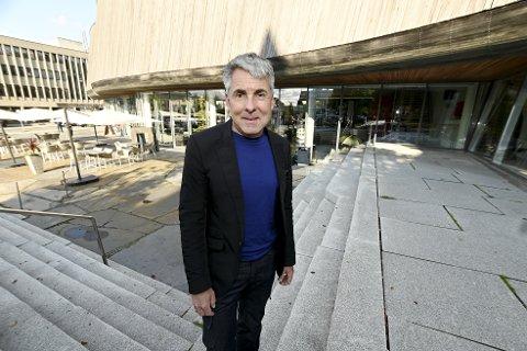Direktør Nils Ohlsen ved Lillehammer Kunstmuseum flytter til Nesodden, men mener det er fullt mulig å lede museet selv om han baserer seg å være til stede halve uka og ellers når han det er viktige møter og arrangementer.