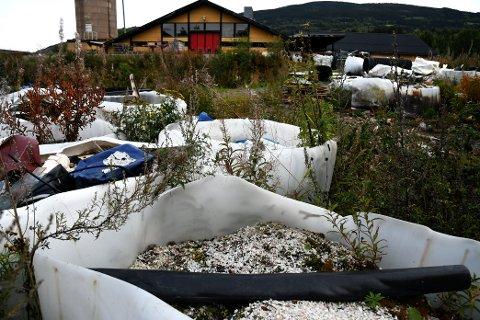 Eieren mener at avfallet som er lagret på eiendommen ikke utgjør noen forurensningsfare.