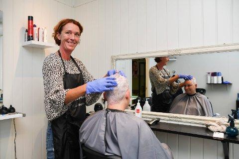 Trives: Trine Eidem Hoff har mange år bak seg som frisør i Oslo. Etter 20 år i hovedstaden ble hun lei av storbymaset. Nå stortrives hun med egen salong i Moelv. I stolen sitter Pernilla Jansrud.