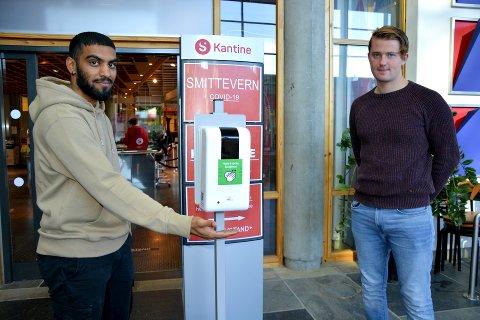 SMITTEVERN: Thulakzan Senthilkumaran (23) og klassekameraten Adrian Jørgensen Sandli (21) mener at studentene selv må ta ansvarlige valg for å begrense smitte.