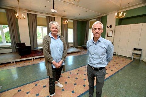 Arrangementsansvarlig Jane Finberget og daglig leder for Kulturhuset Banken, Eivind Nåvik, har åpnet Banken Scene.