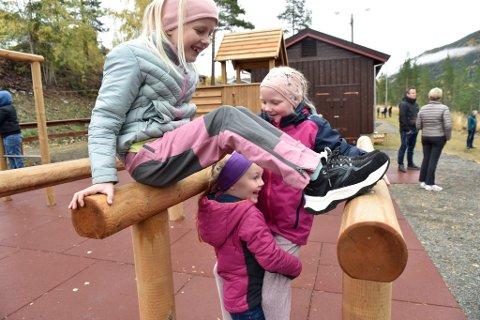 Elisa, Ida og Julie setter stor pris på mulighetene de har til lek og moro i trim- og aktivitetsparken.