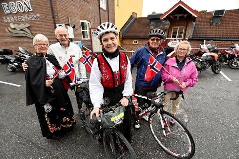 Bunadsgerilja-aktivist og lege Hanne Smedal Tenggren har syklet fra Kristiansund til Lillehammer, på sin veg til Oslo. Her flankert av sine hjelperyttere Per Sørensen og Roger Lien, samt deres ektefeller, Bibi Sørensen og Grete Lien.