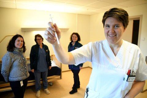 Sykepleier Guro Thulien Braastad er klar til å sette de første dosene med koronavaksine tirsdag. Tjenesteleder ved Linåkertunet  Ingrid Rugsveen, fagansvarlig sykepleier Sigrid Catharina Lindvig ved legekontoret og vaksinekoordinator Marit Listad opplever at Ringebu kommune er godt forberedt.