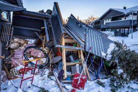 En lastebil begynte å skli og traff et uthus i boligfeltet Måsåhaugen på Lillehammer.