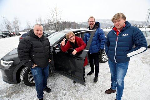 Ved rattet Bjørg Kolltveit som mistet «lappen», flankert av stortingsrepresentantene Bård Hoksrud og Tor André Johnsen. t.h. Morten Nordby som har engasjert seg i saken som privatperson.