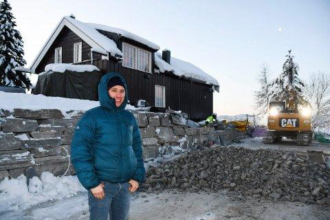 Må utvide: Non-stop dogwear på Brøttum utvider kontorlokalene på Thorstad gard.  - Vi trenger større plass, sier Kristoffer Grøtan Olsen. Flere ansatte skal det også bli.