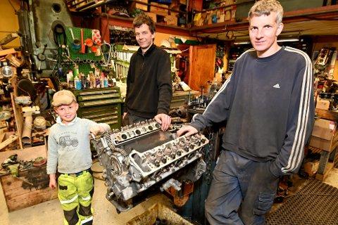 Kristian, Håkon og Anders Kråbøl med en V8-er som er er plukket fra hverandre etter et register-havari. Nå bli den reparert og bygget opp på nytt.