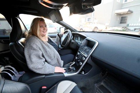 Renate Onsum syntes manuell giring ble vanskelig. Derfor tok hun i stedet opplæringen på bil med automatgir.