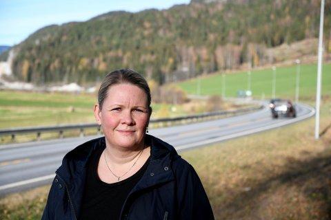 Inga Marie Trøstaker (39)  driver gard mellom Fåvang og Kleivberga, og blir sterkt berørt når E6 bygges ut til motorveg.
