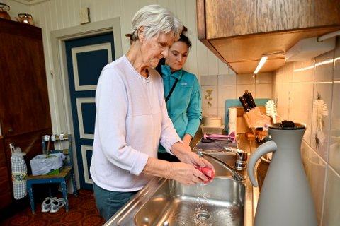 Mari Romsåshagen i Lillehammer har besøk av ergoterapeut Hanna Lønstad. Av henne fikk hun hjelp til å klare seg hjemme den tida hun knapt greide å vri oppvaskfilla.