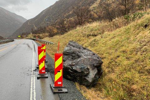 Det var en politipatrulje som rapporterte om raset over E6 i Drivdalen søndag morgen.  Denne store steinen var en del av raset.