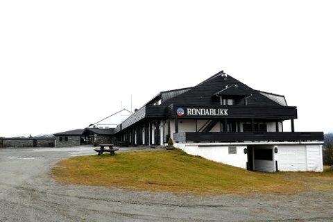 Sjølie forklarte i Oslo tingrett i slutten av september at han har overført penger fra selskapene i Rondablikk Hotell Drift AS, Seljord Hotell AS, Eidsbugarden Hotell Drift AS, Tørvis Hotell Drift AS og Botn Hotelldrift AS, til Morgedal Hotell.