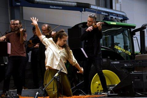 Marnie Josefine Fiebigfrå Australia synte fram delar av Dancing in the Wild under urfarmføringa av «Til Bjarte Eike, Barokksolistene og fem John Deere med og utan turbo»