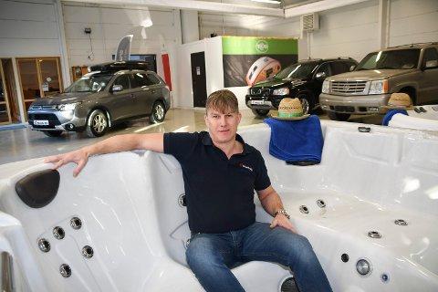 Uvanlig produkt i en bilforretning: Utendørs massasjebad har blitt en fin tilleggsnæring for Moelv Bil og Caravan AS. Eier og daglig lederTom André Fjeldstad forteller om stor etterspørsel.