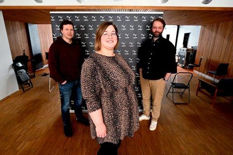 Ap-politikeren Anne-Marte Kolbjørnshus er ansatt som administrasjonsleder ved den private høgskolen Limpi i Lillehammer fra mai 2021. Her flankert av rektor og daglig leder, Magnus Beite, og studieleder Amund Bjørklund.