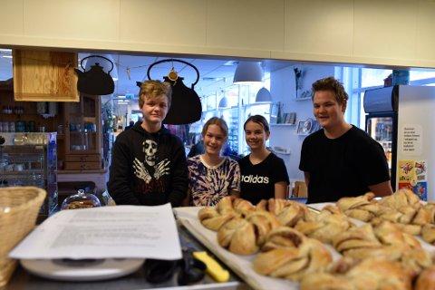 Johan Engen, Sigrid Avdem, Christina Båtstad og Lars - Erik Lunde er fire av ungdommene som har turnus i kafeen.