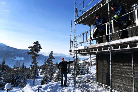 Gardbruker Ola Kvarberg (t.v) i Vågå har fått regulert nærmere 40 tomter på Kvarbergåsen.Nå håper han de er attraktive for slakteriansatte og andre. Her med snekkerne Anders Holmen og Kjartan Ous i Nordbohus.