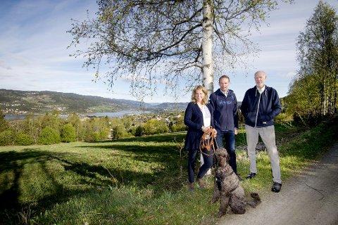 Jartrud, Hogne og Harald Høstmælingen under sommerbefaring på stedet som skal huse økotunet. Arkiv