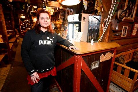 Melina Næss Nilsen syns det er urimelig at Lillehammer og andre steder som nesten er smittefrie må følge nasjonale skjenketiltak.