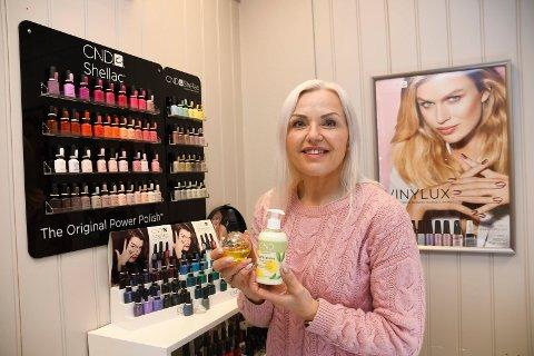 Lever av negler: Heidi Fredriksberg har alltid vært opptatt av negler. Nå driver hun sin egen salong i Brumunddal sentrum.