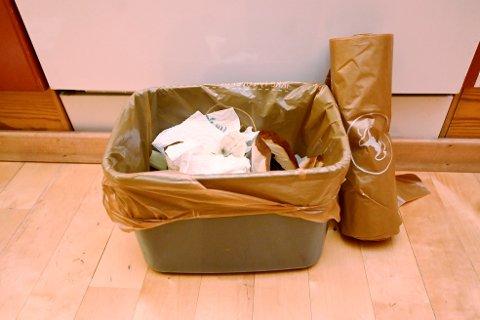 Snart skal vi ikke lenger kaste matavfallet i slike brune plastposer.